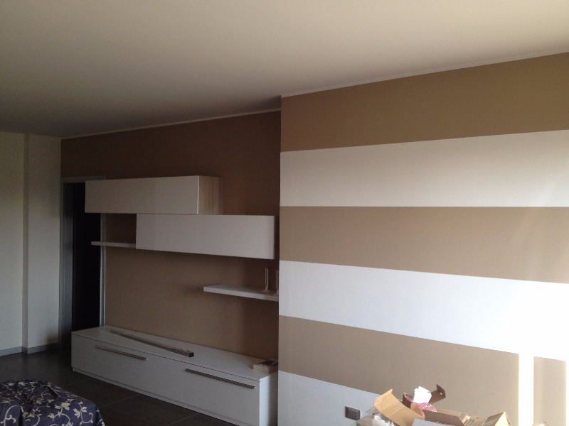 Camera da letto con libreria e pareti a strisce idee - Idee per dipingere casa ...